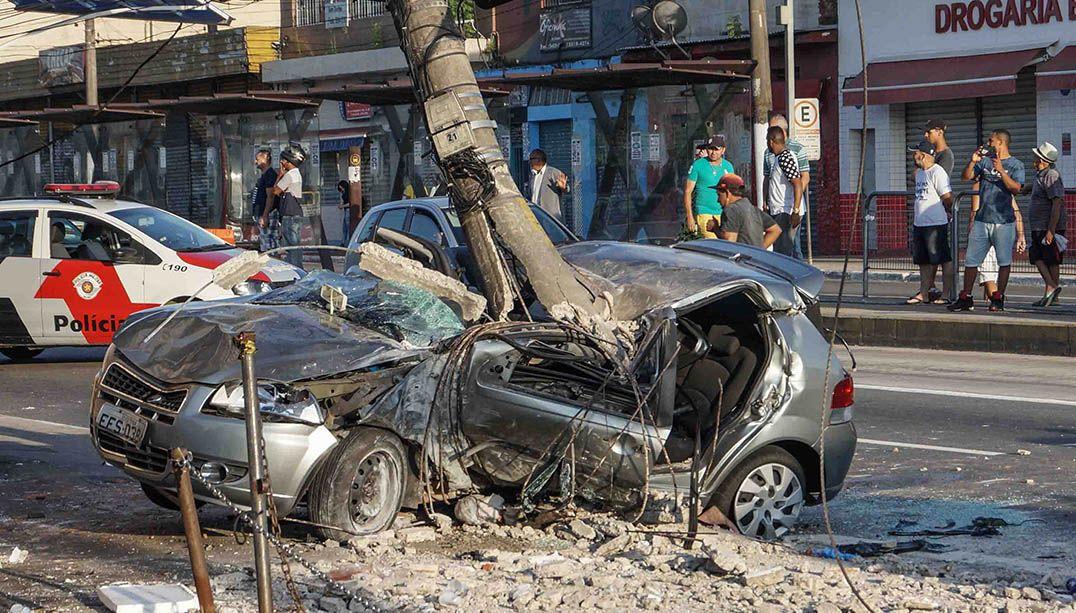 Motorista atropela dois e colide contra poste em SP