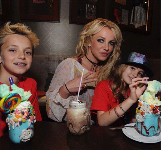 Após coma, sobrinha de Britney Spears se diverte em parque com a tia