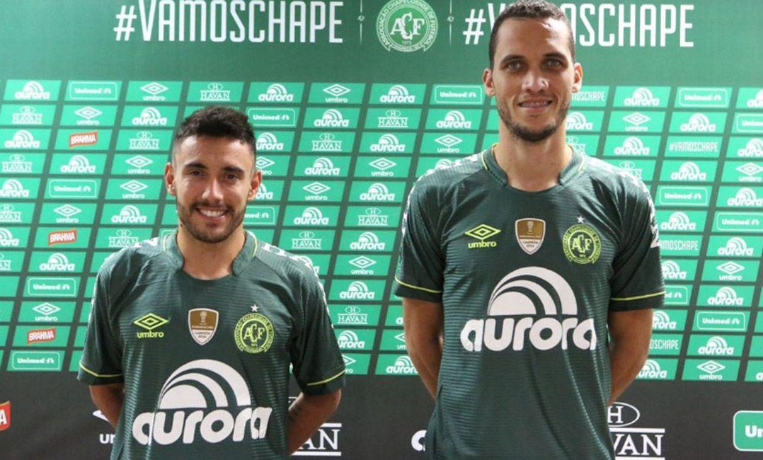 d2ce43d8d0 Alan Ruschel e Neto mostram a nova camisa da Chapecoense   Divulgação  Chapecoense