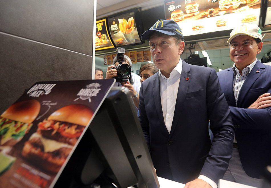 Doria vai a McDonald's para anunciar emprego a cem moradores de rua