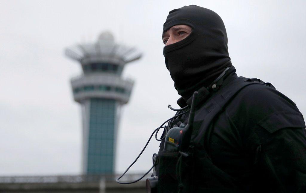 Policial das forças especiais faz o isolamento do Terminal Sul do Aeroporto de Orly / Christian Hartmann/Reuters