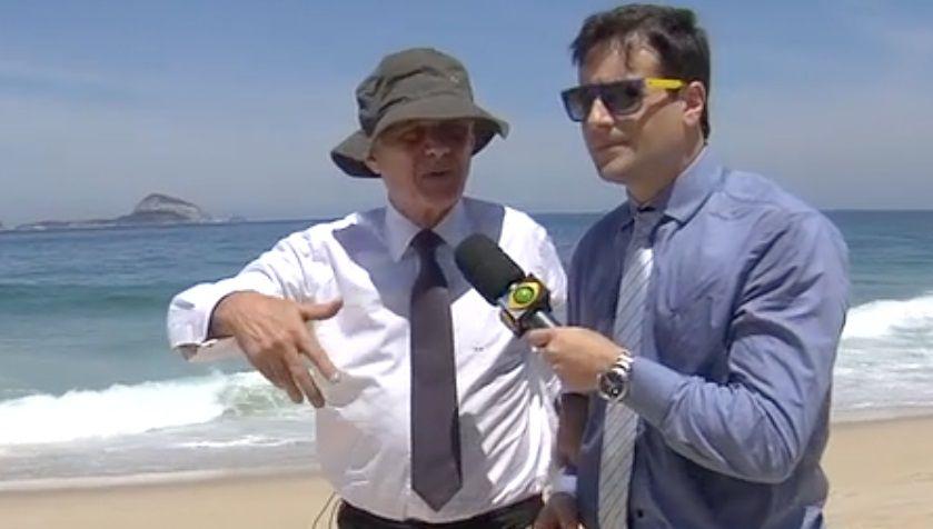 De sunga e terno, Boechat dá entrevista na praia