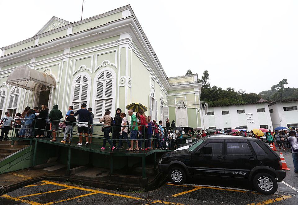 Moradores de Petrópolis, na região serrana, aguardam na fila para receber a vacina / Wilton Júnior/Estadão Conteúdo