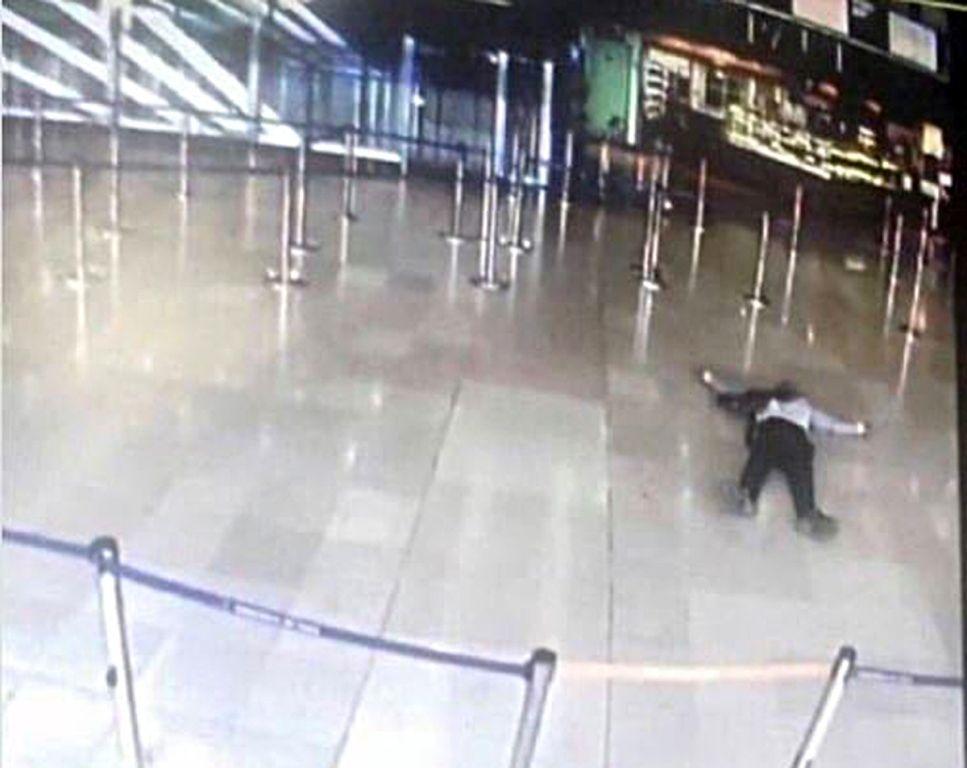 Pai de agressor em aeroporto da França é solto