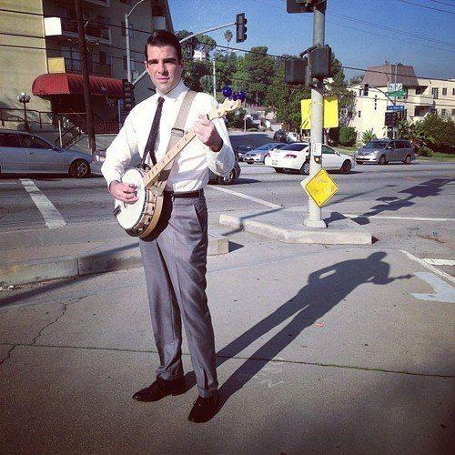 Zachary Quinto tocando banjo / Divulgação