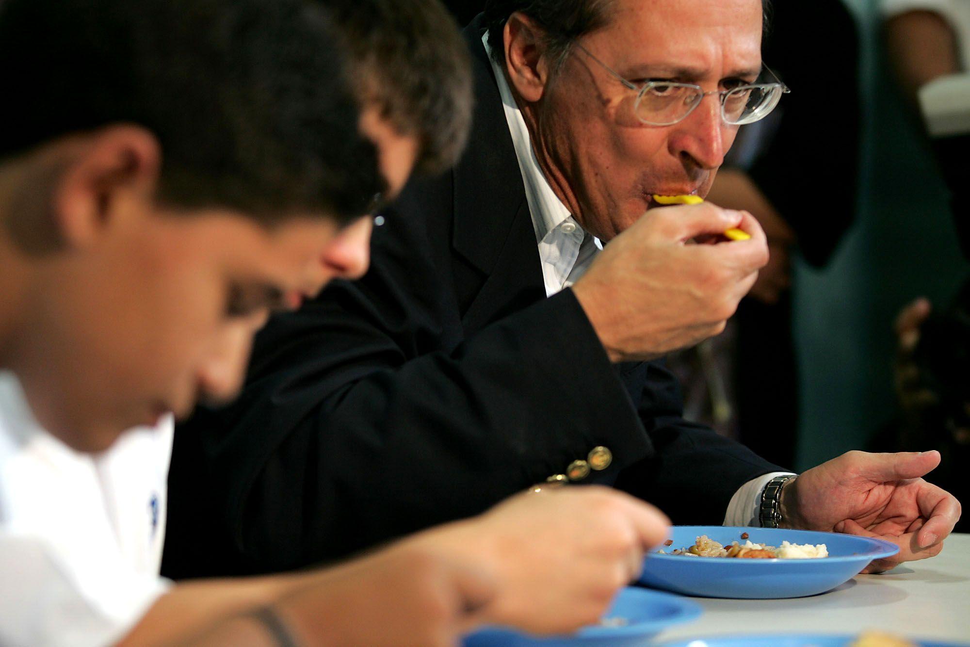 Alckmin em foto de arquivo participando de almoço com alunos de escola estadual / Márcio Fernandes/Estadão Conteúdo