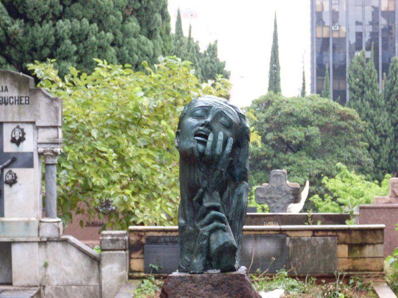 SP: Homem é preso após furtar peças de bronze em cemitério