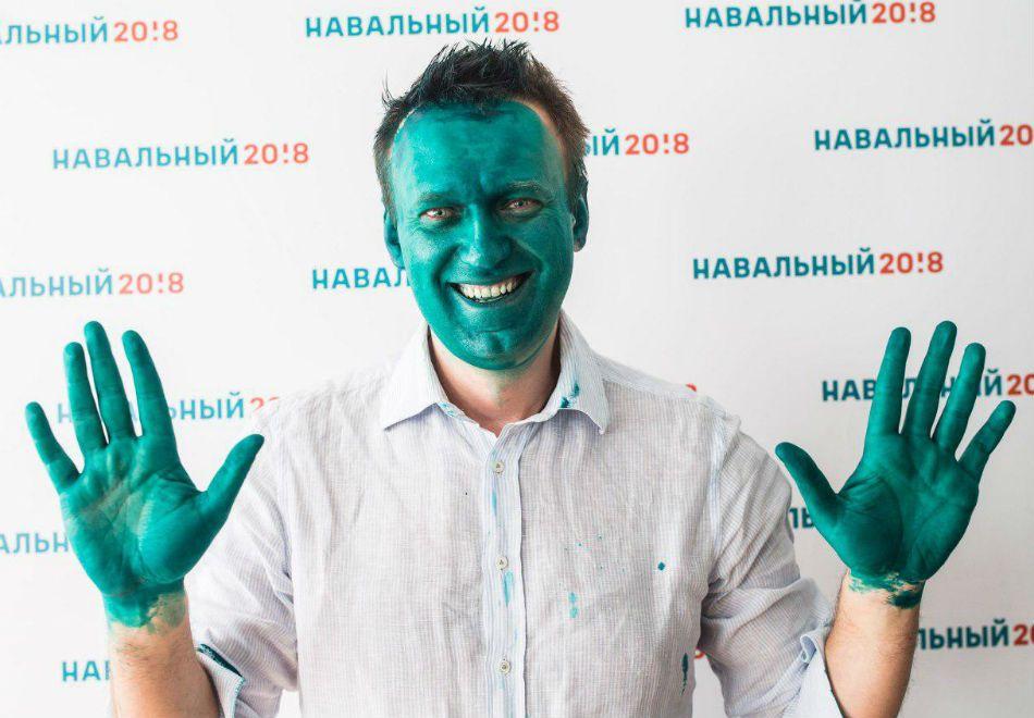 Opositor de Putin é tingido de verde em ataque
