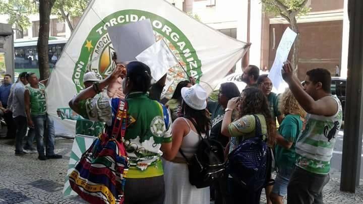 Torcedores da Mocidade protestam em frente à sede da Liga