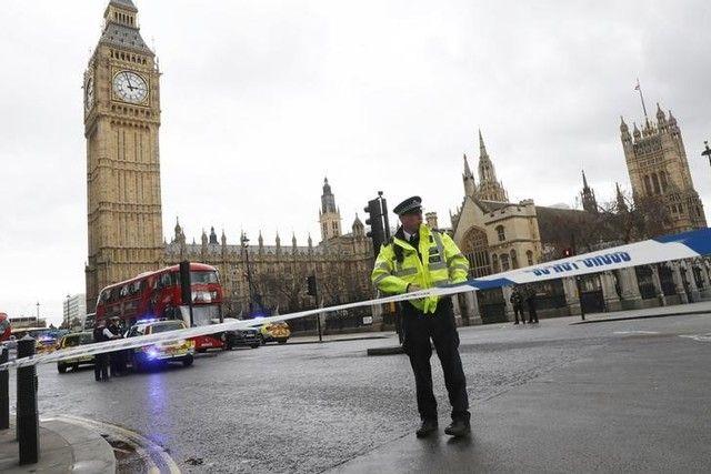 Membros do Parlamento são levados para Abadia de Westminster