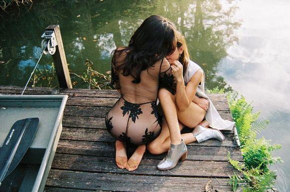 Lauren Jauregui posa em fotos sensuais com suposta namorada