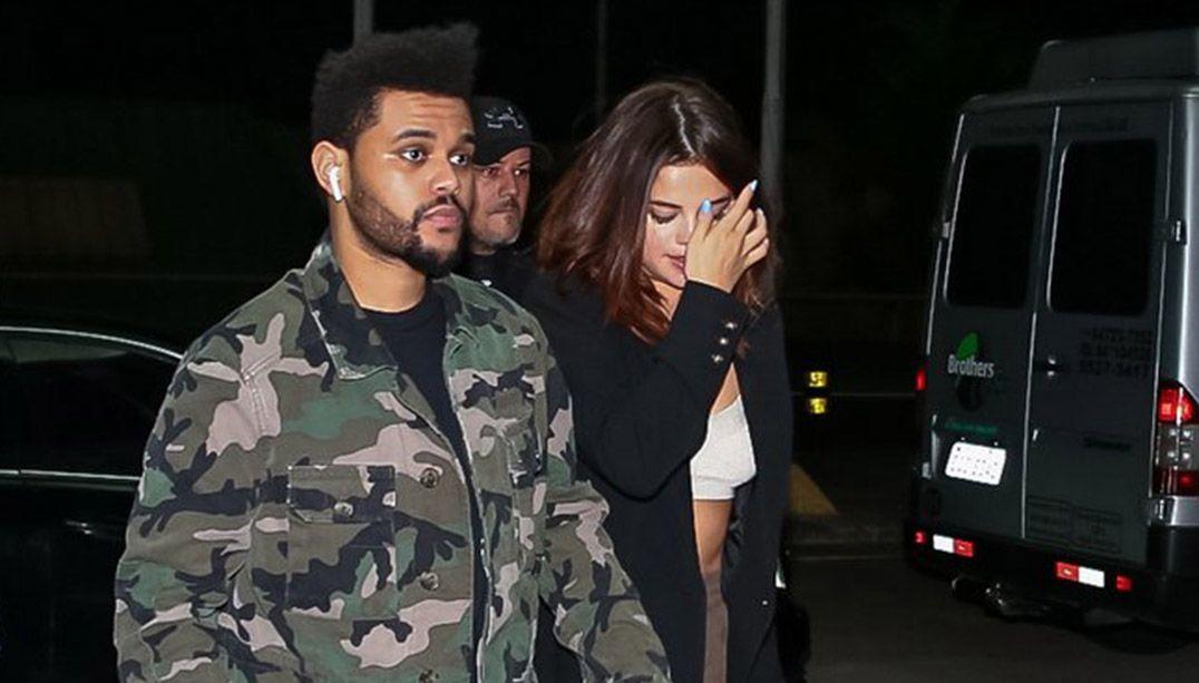 The Weeknd e Selena Gomez são flagrados deixando o Brasil