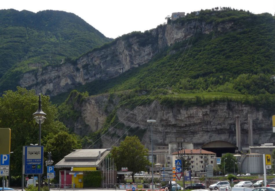 Italiano mata filhos a marteladas e pula de penhasco