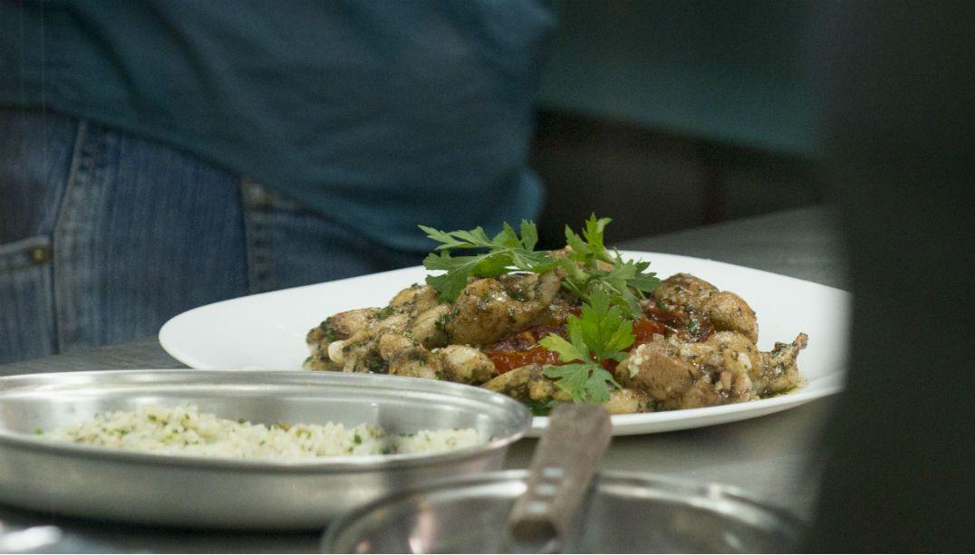 Erick Jacquin ensina a preparar Rã à Provençal; veja o passo a passo