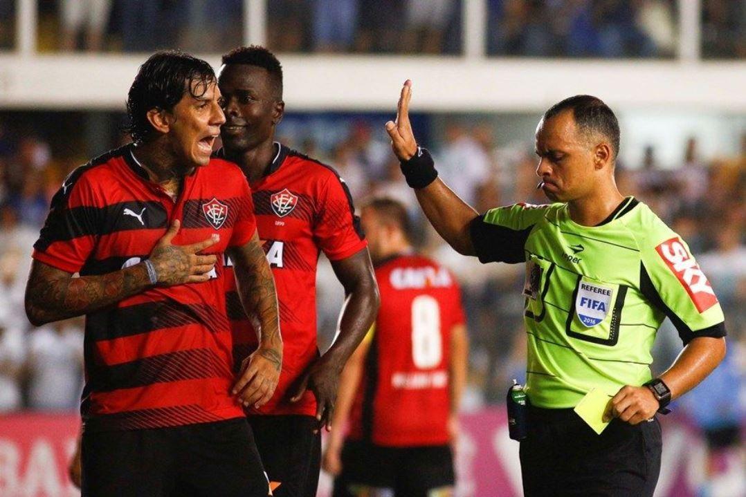 84bf1866ee4eb Victor Ramos em jogo pelo Vitória (Foto  Marco Galvão Estadão Conteúdo)