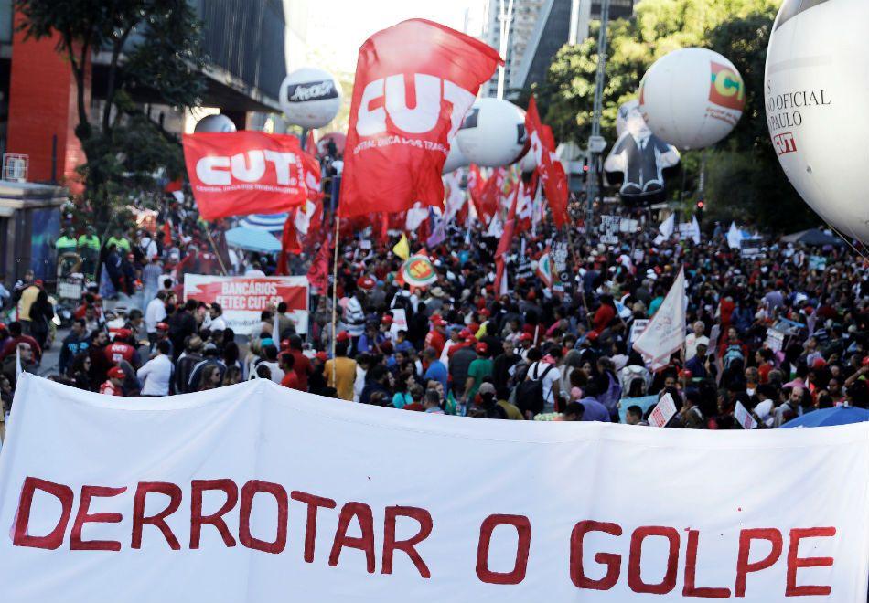 Protestos contra reformas fecham vias em SP