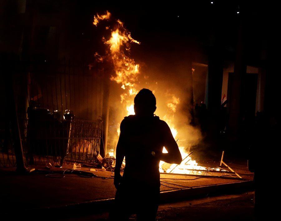 Homem é morto após manifestantes incendiarem Congresso no Paraguai