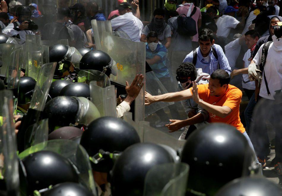 Venezuela: Manifestantes e polícia entram em confronto