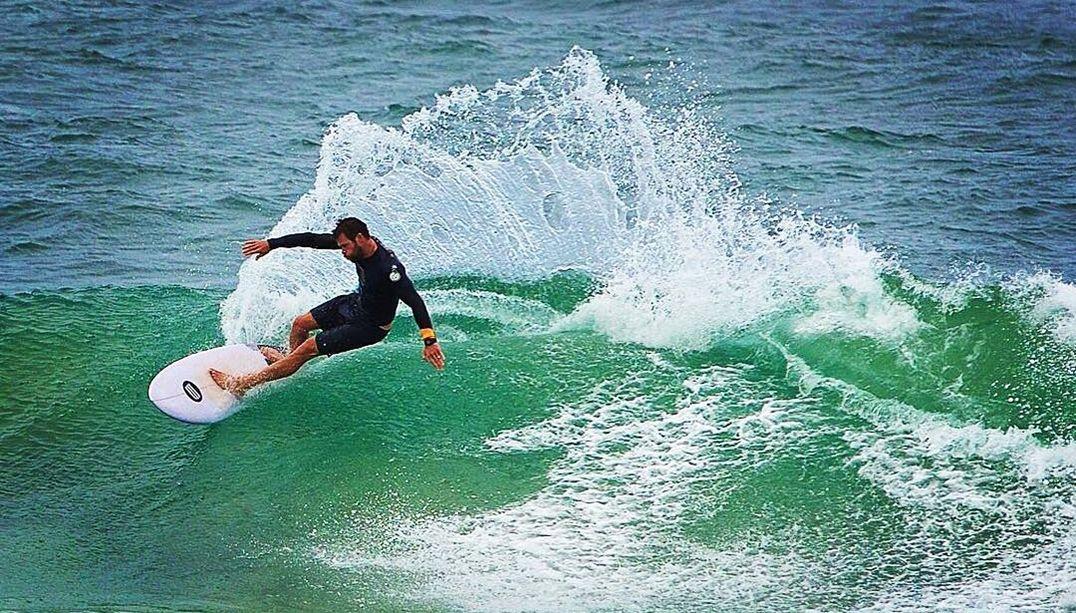 Chris Hemsworth exibe habilidade no surfe; assista
