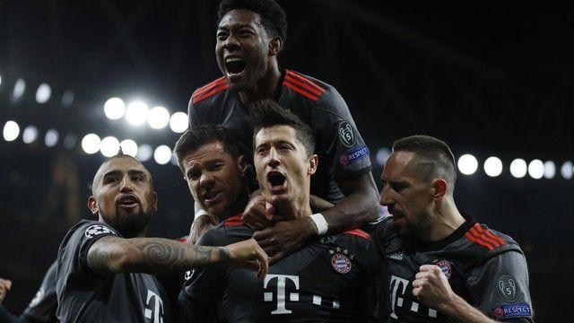 Jogadores do Bayer comemorando vitória / Divulgação / UEFA