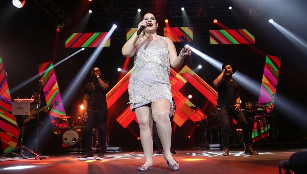 Marília Mendonça faz show com joelho machucado