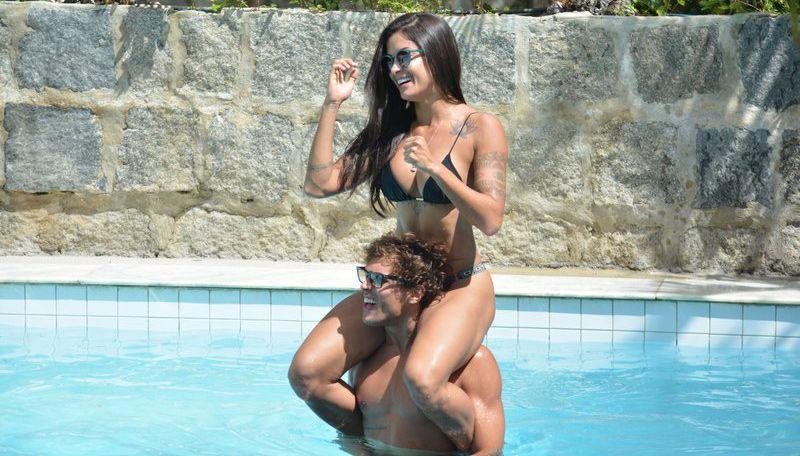 Aline Riscado e Felipe Roque curtem dia de piscina