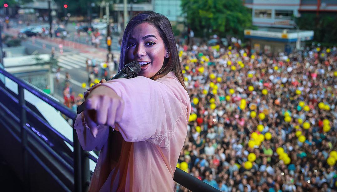 Anitta faz show em inauguração de academia