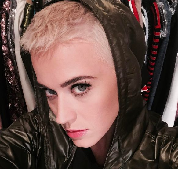 Katy Perry aparece com cabelo ainda mais curto