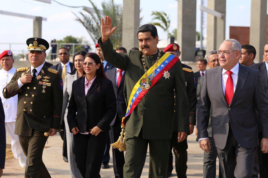 Maduro é vaiado e atacado com objetos na Venezuela