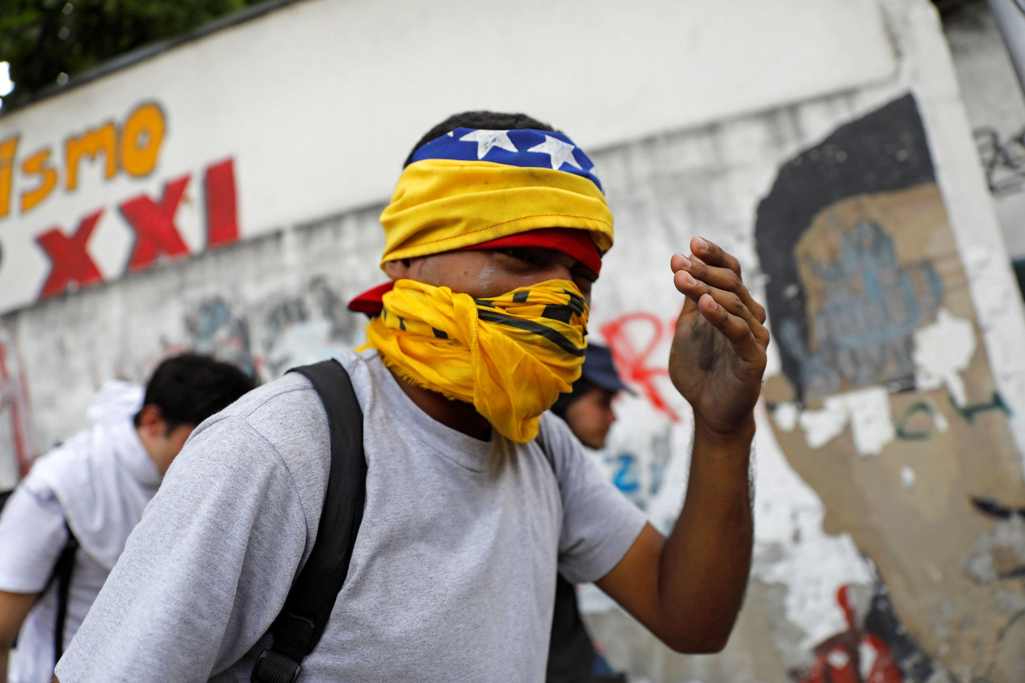 Grupo pró-Maduro invade missa em Caracas e causa confusão