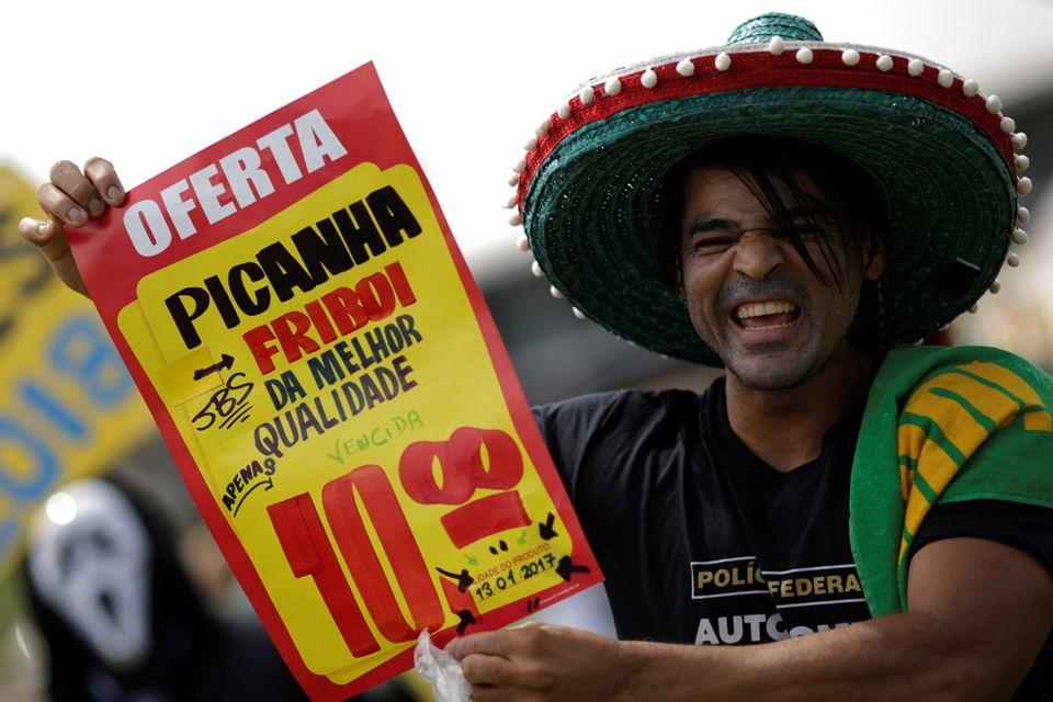 Durante protesto em Brasília, manifestante lembra escândalos envolvendo frigoríficos / Ueslei Marcelino/Reuters