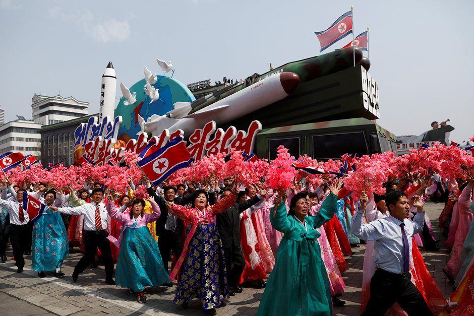 Coreia do Norte exibe novo míssil de longo alcance em desfile