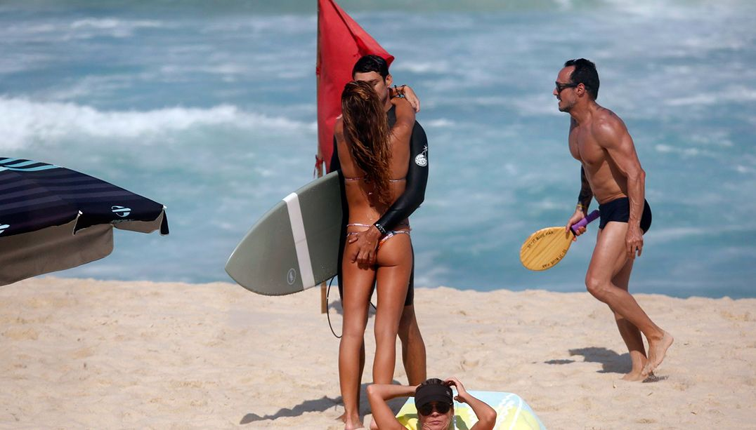 Cauã Reymond apalpa bumbum de namorada na praia