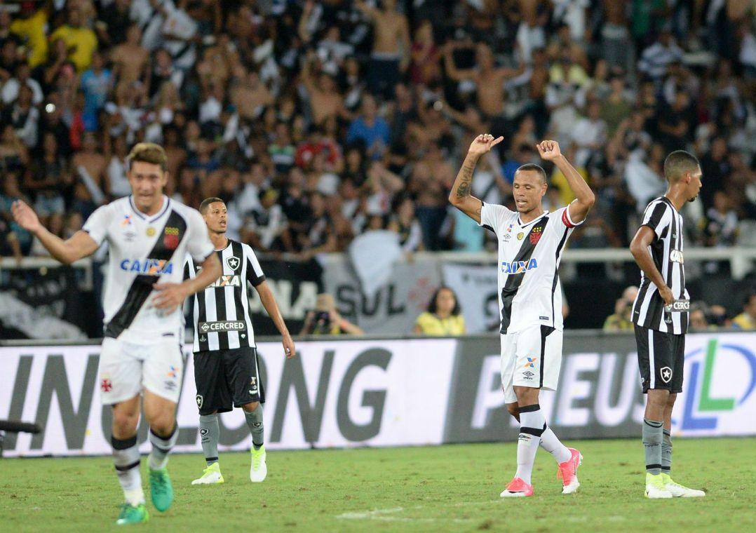 Luis Fabiano marcou pela primeira vez com a camisa do Vasco em seu sétimo  jogo no clube (Foto  Celso Pupo Fotoarena Estadão Conteúdo) 72c2a80858957