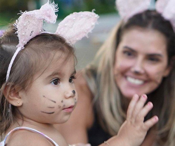 Deborah Secco e a filha viram coelhinhas de Páscoa
