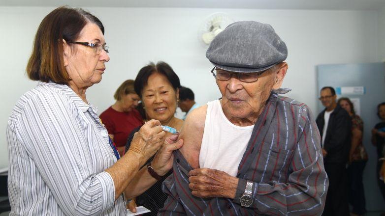 Kenzo Takahashi foi um dos primeiros a chegar na Unidade Básica de Saúde do Jardim Satélite, na região sul de São José dos Campos. / Claudio Vieira/ PMSJC