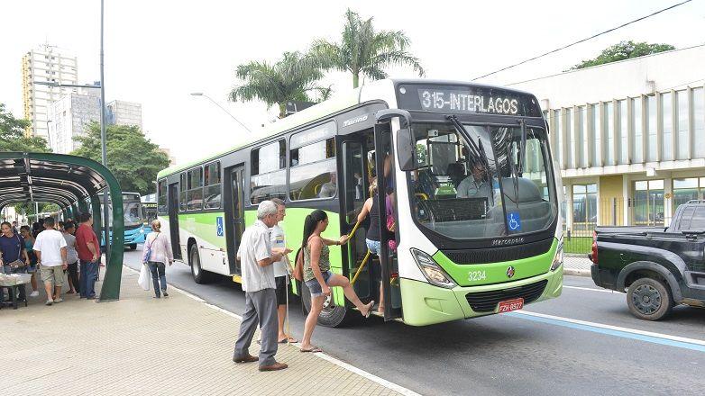 Passageiros embarcam em ônibus da linha do bairro Interlagos. / Prefeitura de São José dos Campos