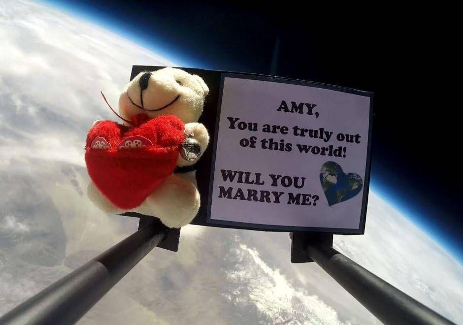 Jovem pede namorada em casamento no espaço