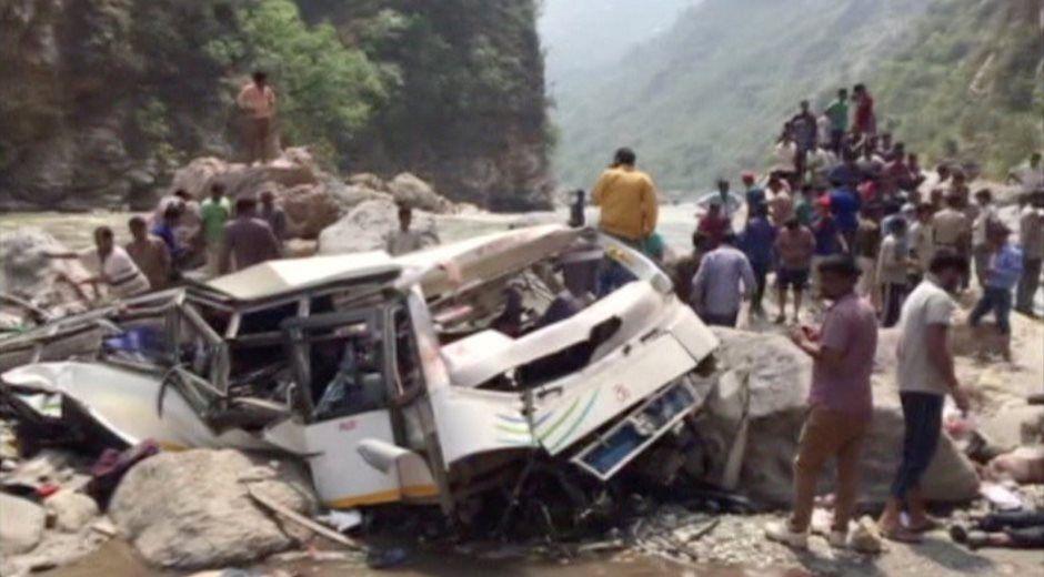 Ônibus cai em penhasco e deixa 41 mortos na Índia