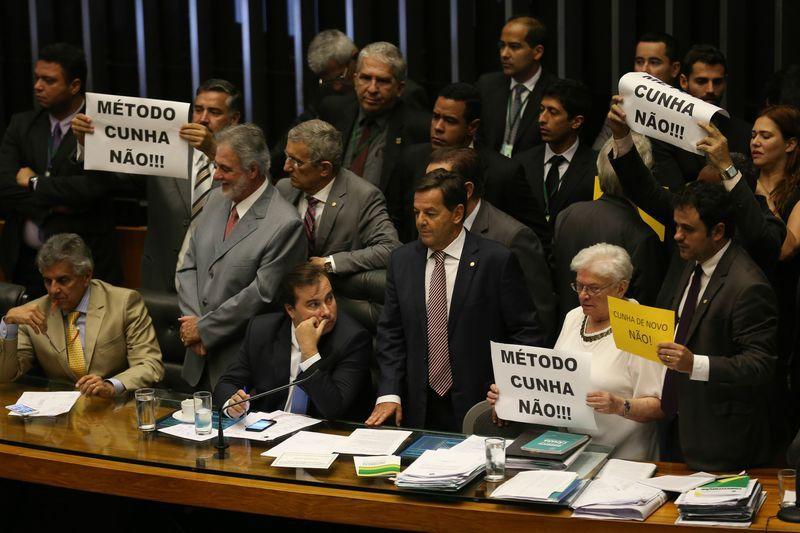 Oposição criticou postura de Rodrigo Maia, que voltou a colocar a urgência em votação / Fabio Rodrigues Pozzebom/Agência Brasil