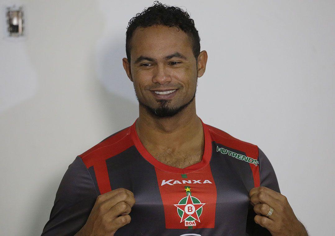 Condenado a 20 anos de prisão, goleiro Bruno deixa prisão em Minas Gerais