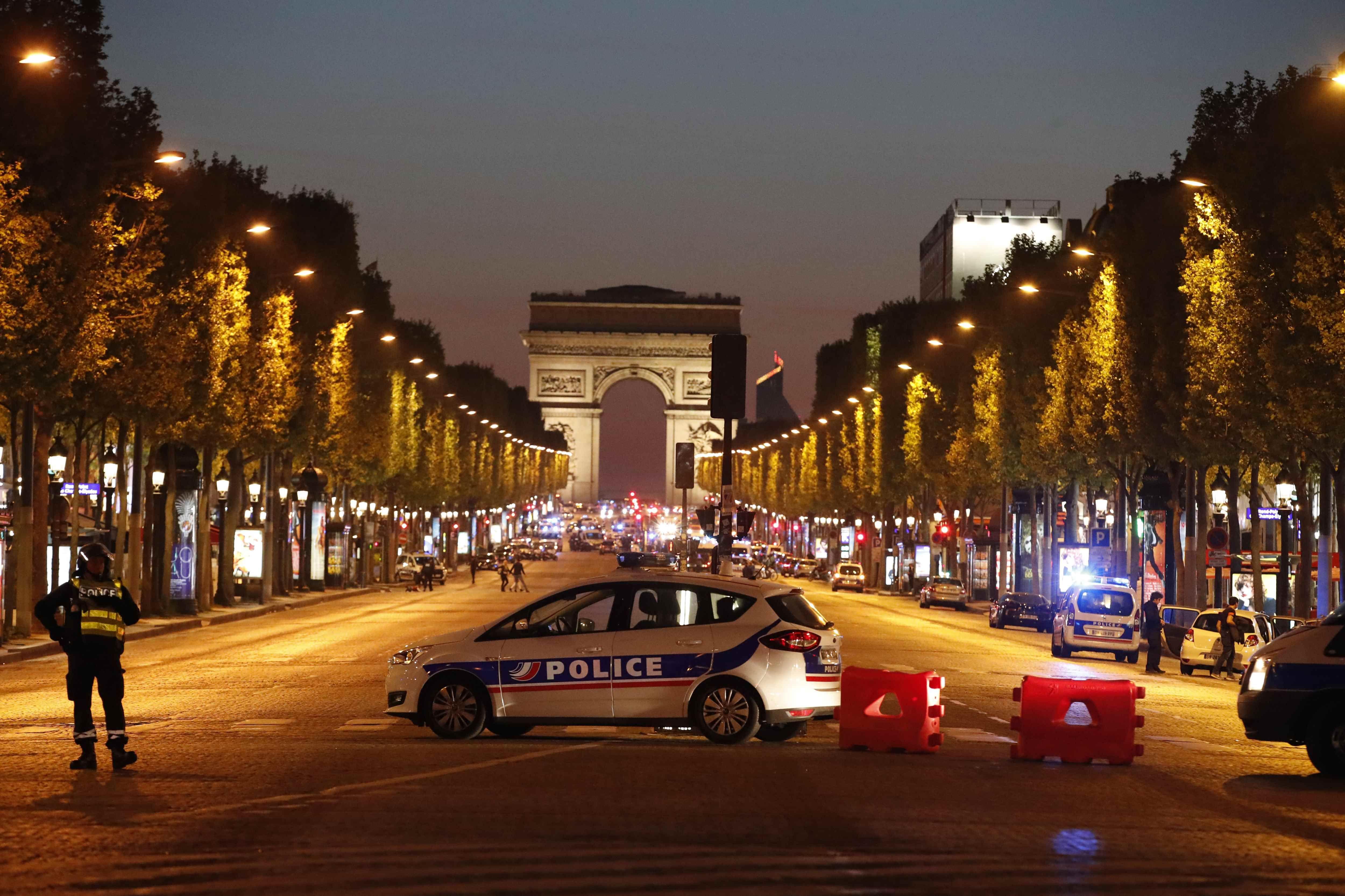 Viaturas fecharam a avenida Champs-Élysées / Christian Hartmann/Reuters
