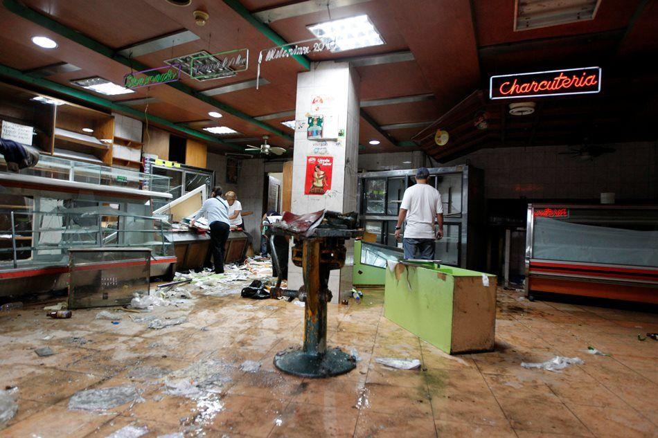 Diante da escassez por causa da economia enfraquecida, diversos estabelecimentos foram saqueados  / Christian Veron/Reuters