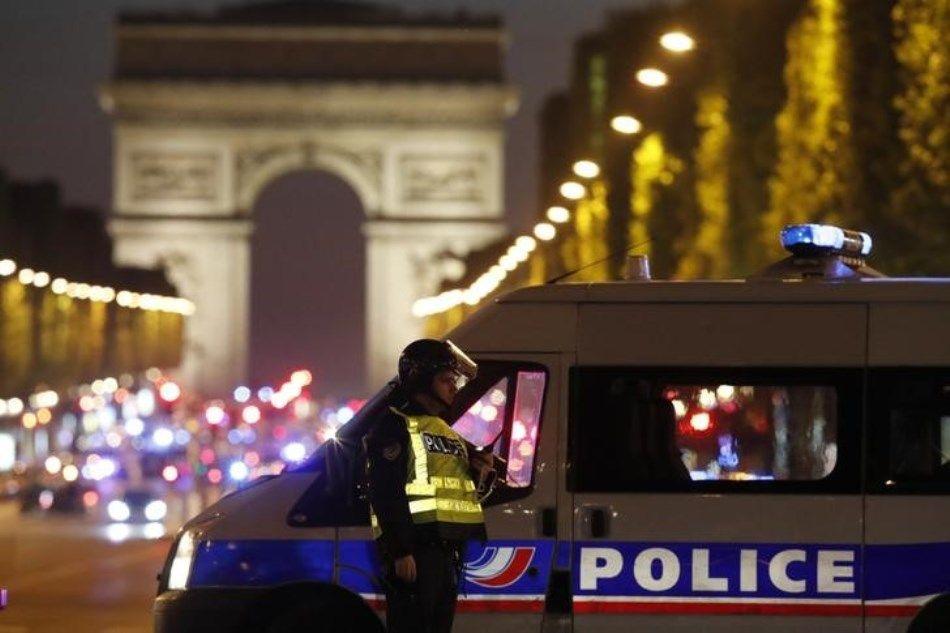 Um policial morreu no ataque na capital francesa / Christian Hartmann/Reuters