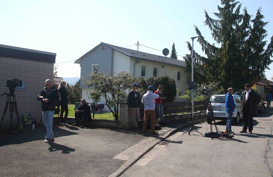 Imprensa alemã se reúne em casa onde suspeito foi preso / Michael Dalder/Reuters