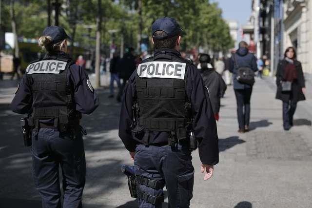Avenida Champs-Élysées foi reaberta nesta sexta com policiamento reforçado / Benoit Tessier/Reuters