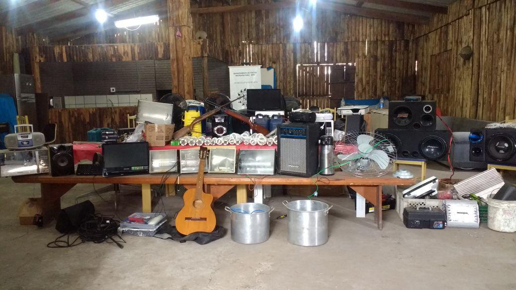A quantidade de itens encontrados com o suspeito impressiona. Lâmpadas, panelas e até um violão haviam sido roubados / Brigada Militar/Divulgação