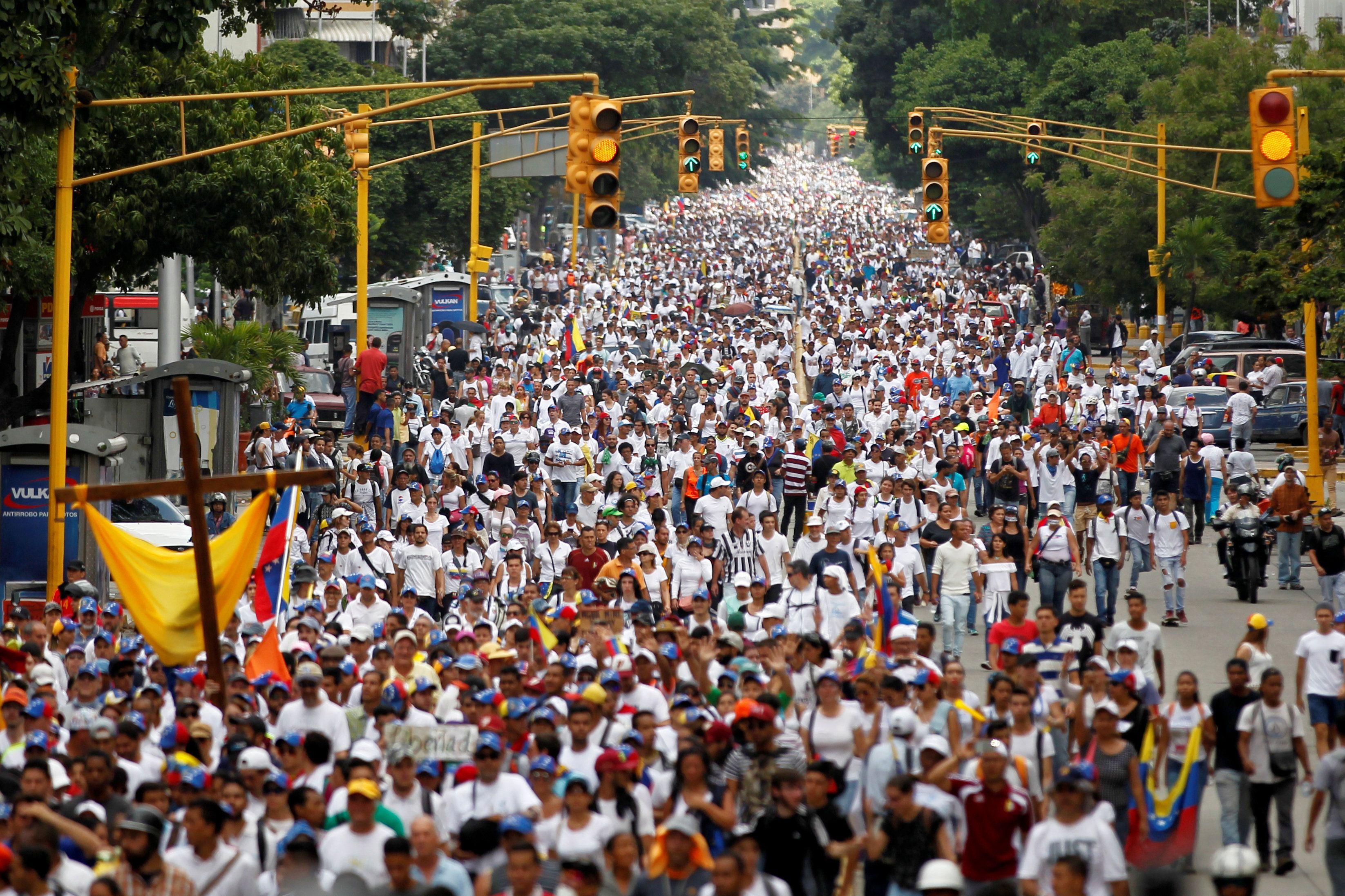 Após mais de 20 mortes, Caracas presta homenagem aos mortos em marcha