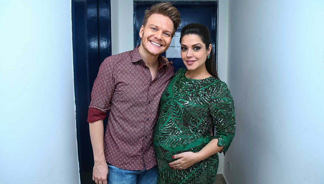 Thais Fersoza leva Melinda para ver estreia de Teló no teatro