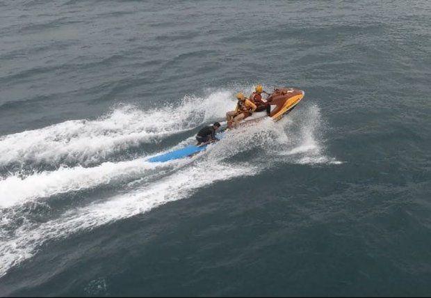 Com ajuda de drone, bombeiros resgatam surfista